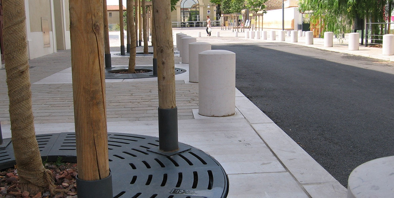 Sidewalk bollards in Vic la Gardiole (34)