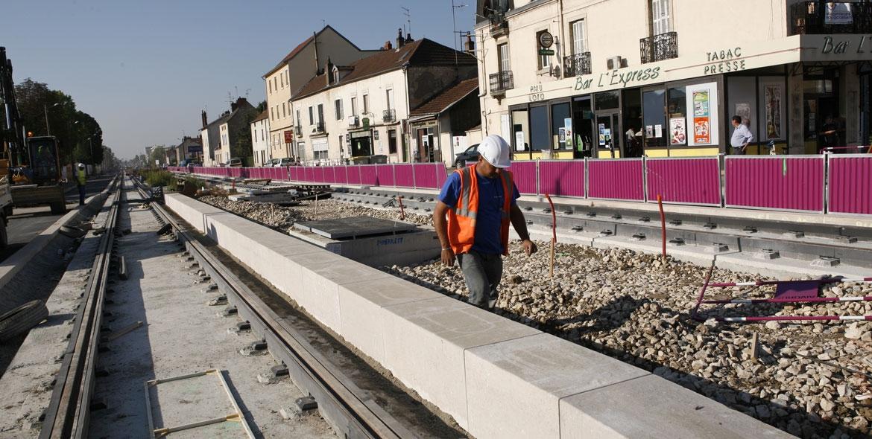 Installation of the kerbs bordering tram line in Dijon