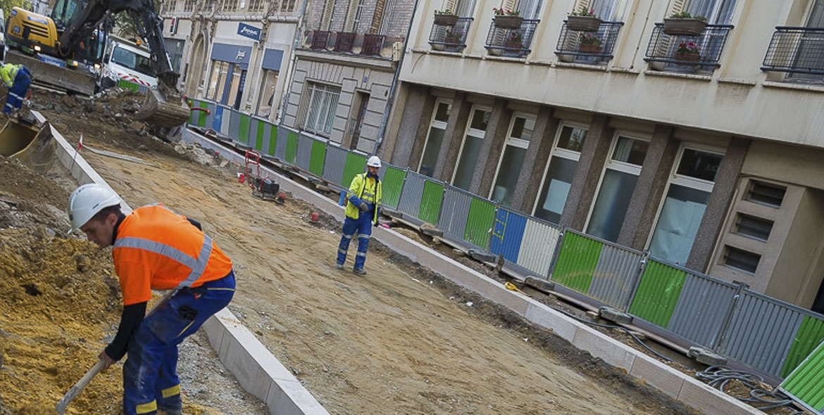 Installation of kerbs in Vincennes
