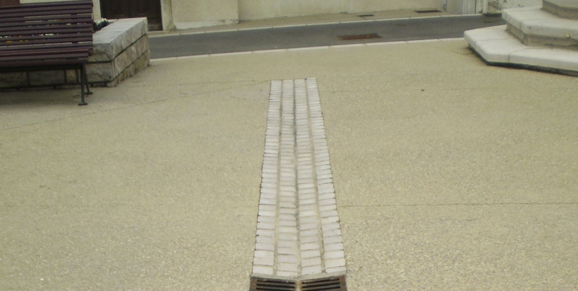 Gutters made with Comblanchien cobbles