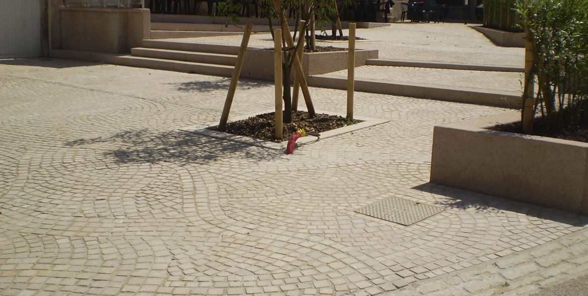 Paving in Comblanchien stone