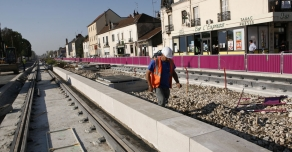 Installation of the kerbs bordering tram line in Dijon