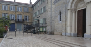 Paving and steps in Comblanchien stone